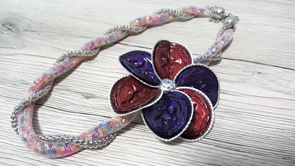 Collana tubolare intrecciato multicolor con fiore indaco e rosso scarlatto