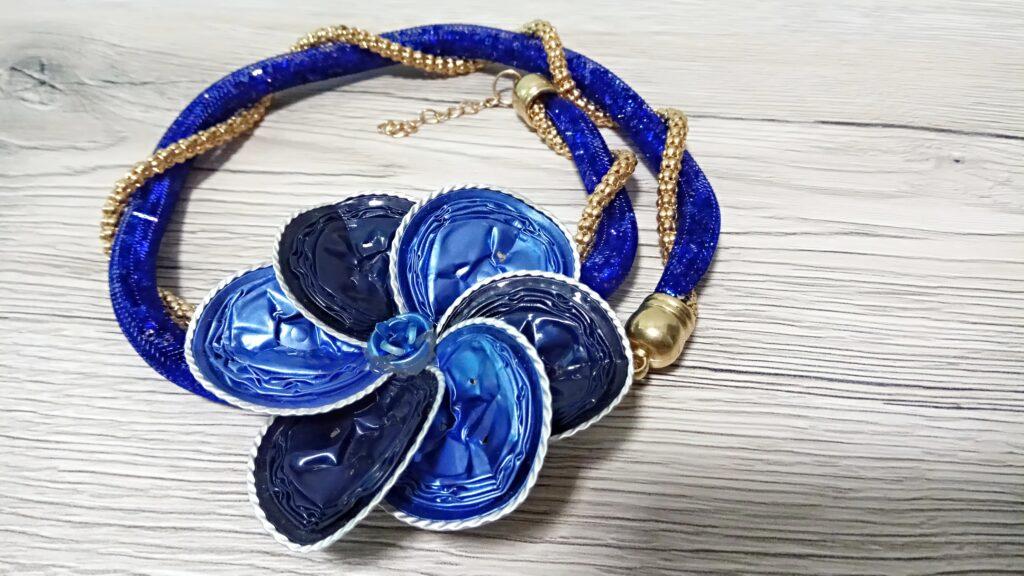 Collana tubolare intrecciato blu scuro con fiore blu di persia e blu acciaio