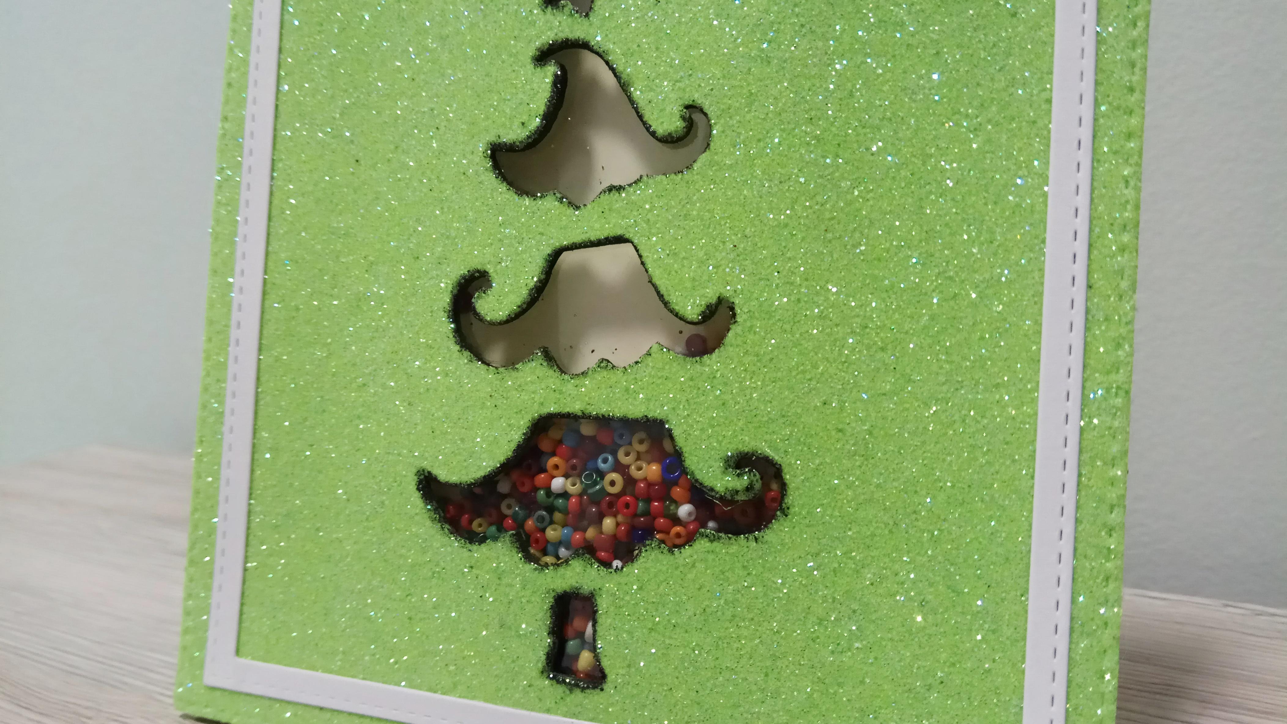 Shaker Card natalizia con albero su base glitter verde