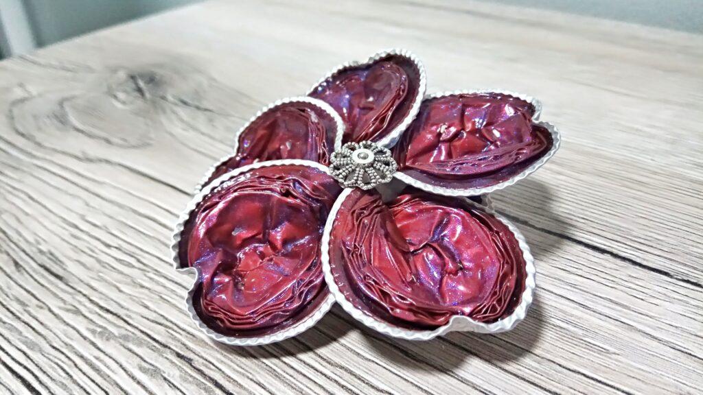 Spilla fiore con petali a forma di cuore rossi e argentone