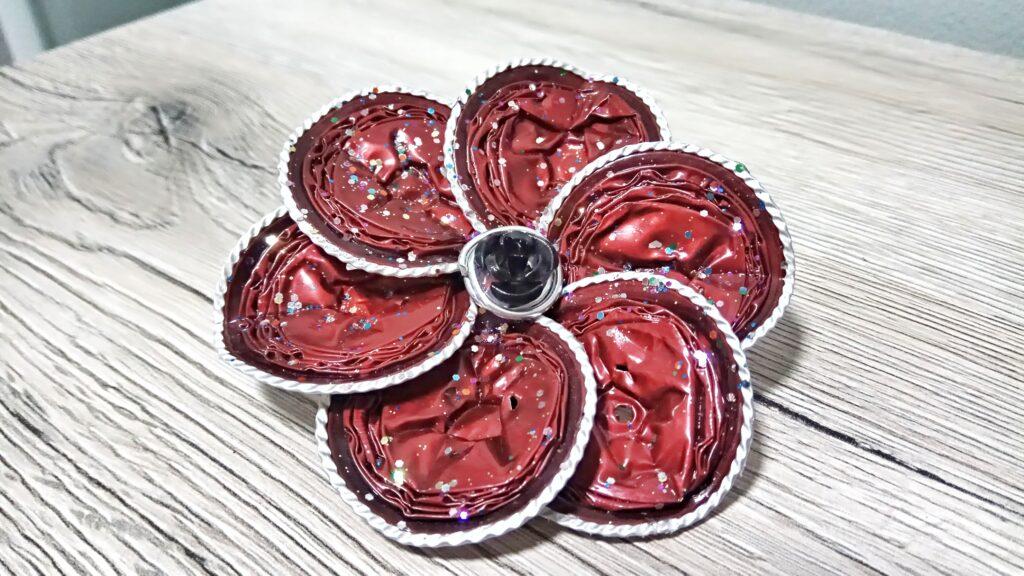 Spilla fiore con petali tondi rossi glitterati