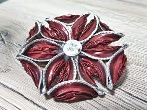 Spilla fiore con petali triangolari rossi e pistillo bianco