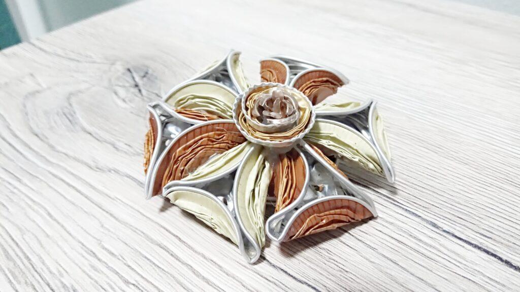 Spilla fiore con petali triangolari sui toni del caramello e dell'avorio