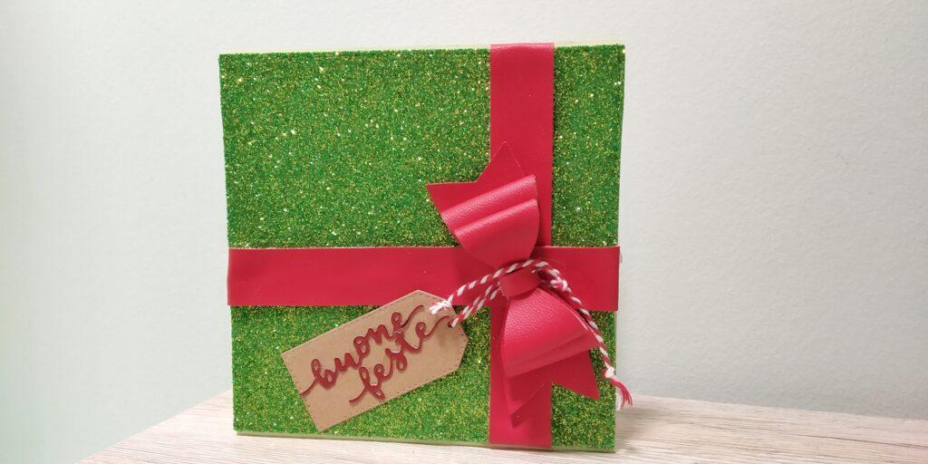Card natalizia rappresentante un pacco regalo