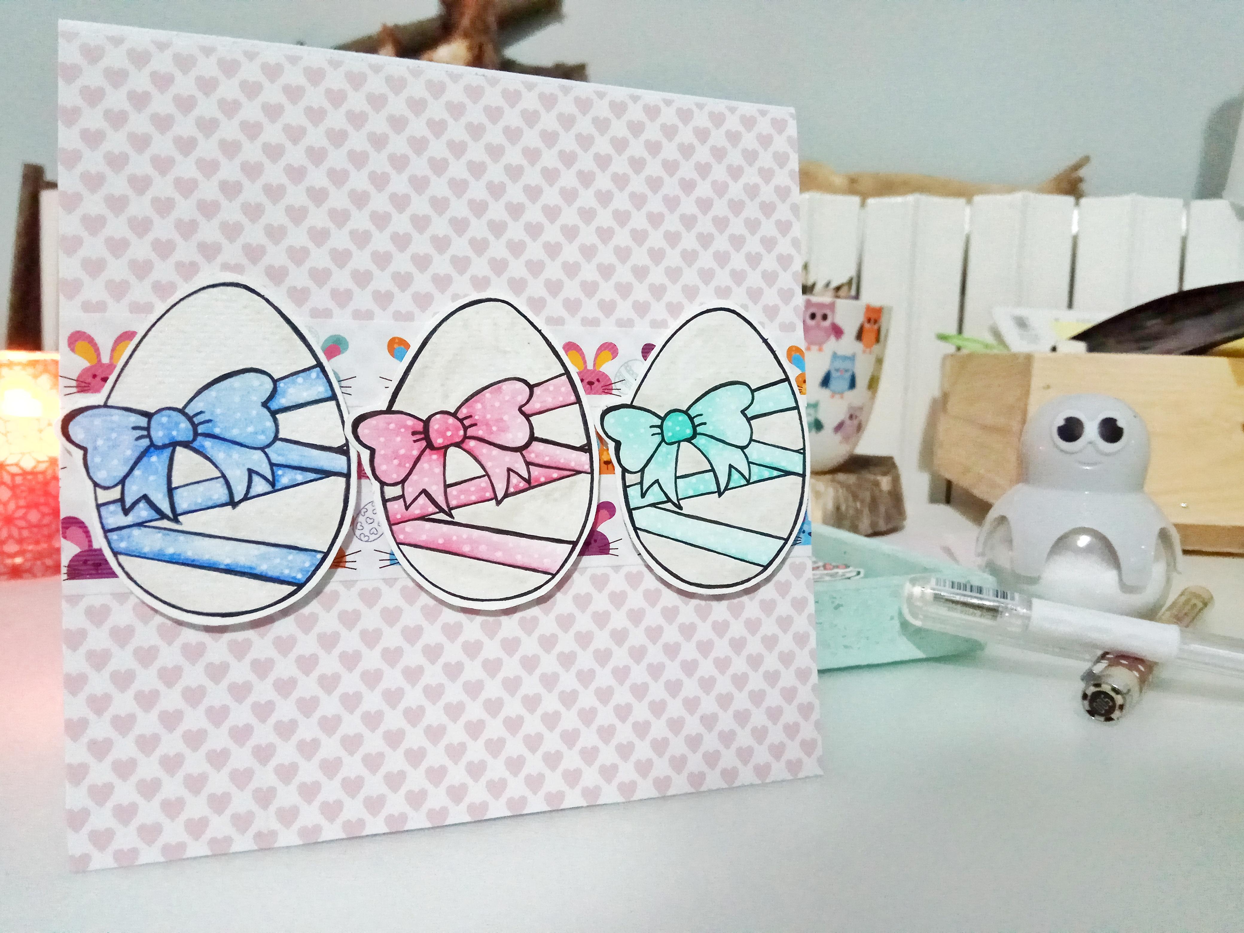 Card di Pasqua con uova su base con pattern a forma di cuori