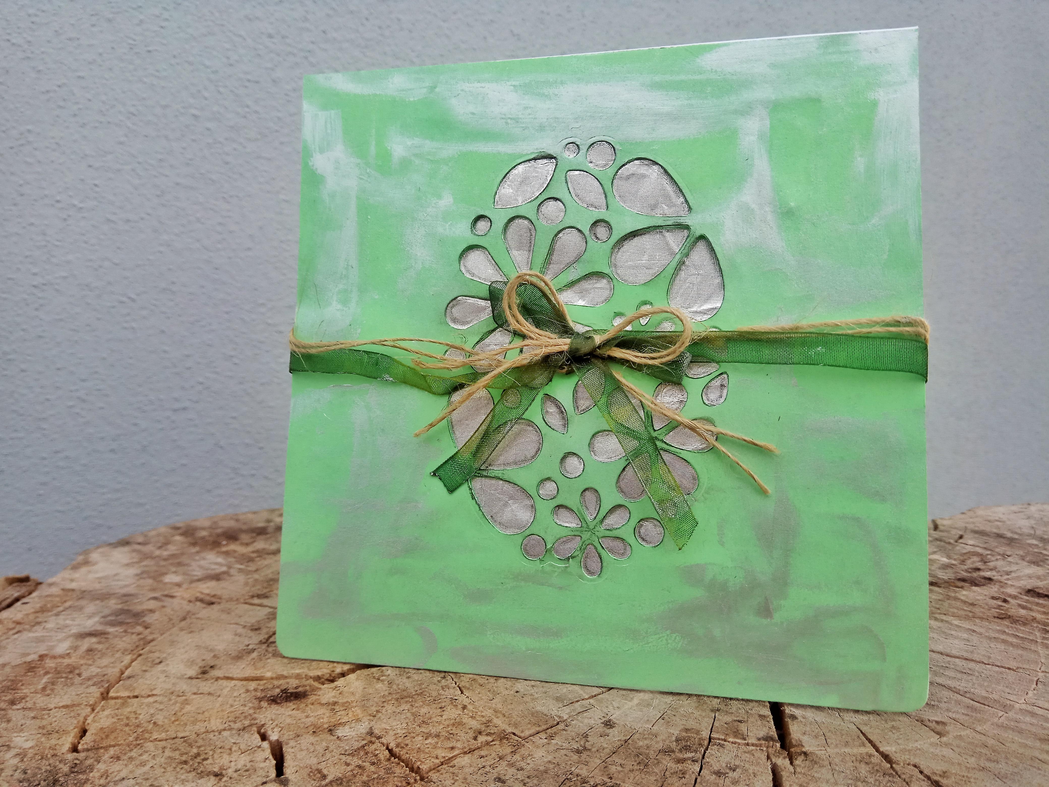 Card di Pasqua verde con uovo stilizzato ed elementi metallizzati