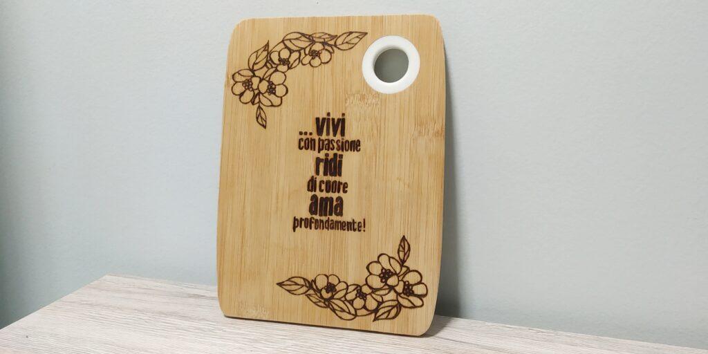 """Tagliere in bambù """"Vivi con passione, ridi di cuore, ama profondamente"""""""