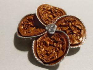 Spilla fiore color caramello con petali a goccia