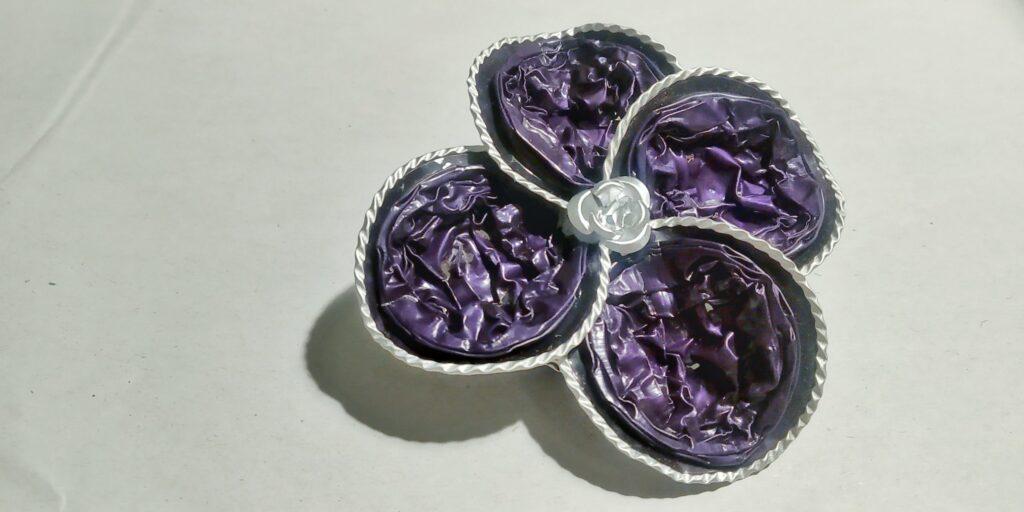 Spilla fiore con petali a goccia sui toni del viola