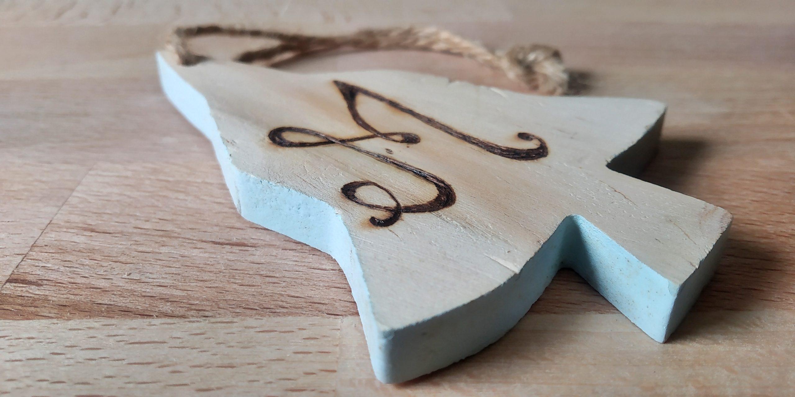 Addobbi a forma di alberello con pirografia personalizzata.