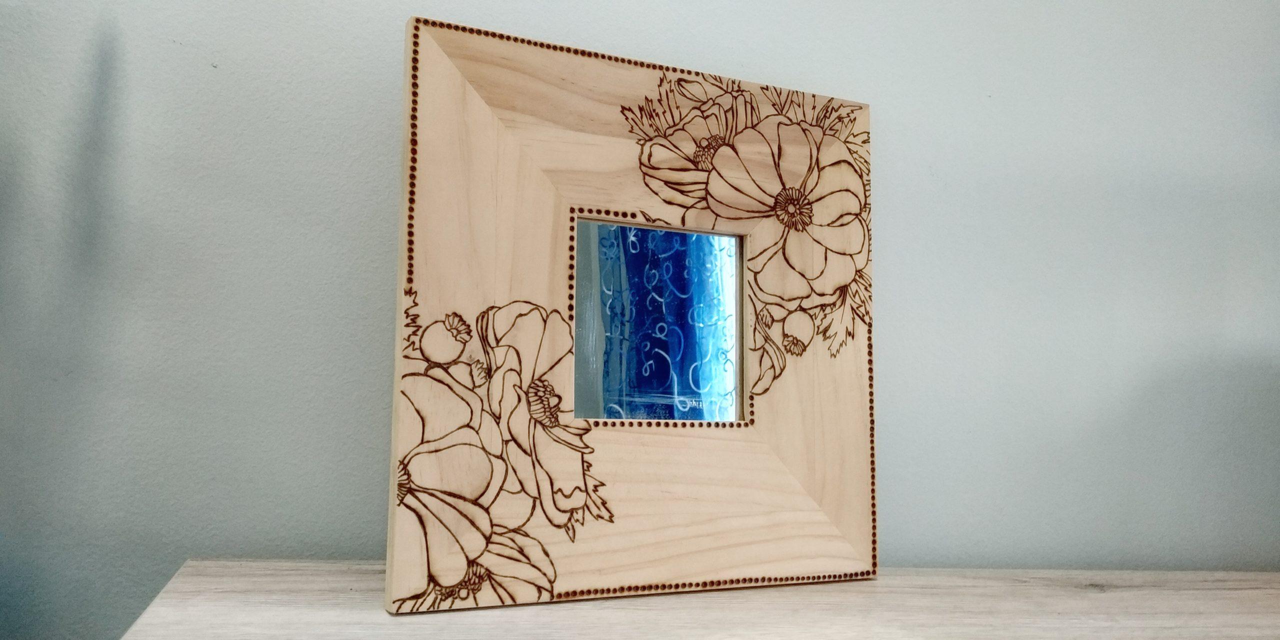 Specchio quadrato con papaveri pirografati.