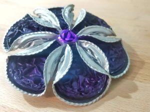 Spilla fiore sei petali e risvolto sui toni del viola e dell'argento