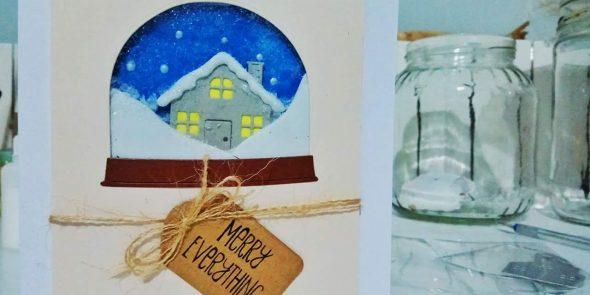 Shaker Card natalizia con palla di neve e paesaggio innevato