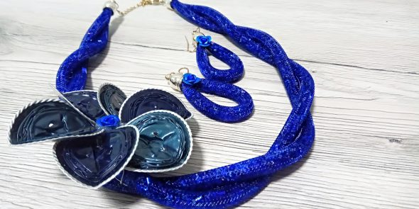 Collana tubolare blu oltremare con fiore blu e azzurro, orecchini coordinati