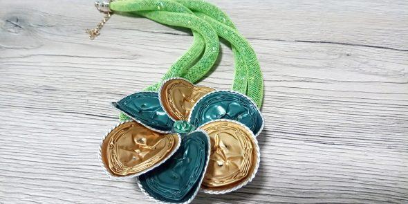 Collana tubolare verde chiaro con fiore oro e verde